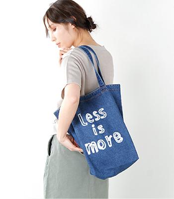 Ampersand(アンパサンド)のプリントデニムトートバッグ。手書き風のラフな文字プリントがポイント。肩にかけやすく、カジュアルに使用したいバッグです。海の似合うデニム素材が魅力です♪