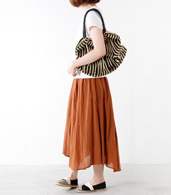 Trenta Sei(トレンタセイ)のロウヒモバッグ。平紐を蝋引きした素材を丁寧に編みこんで作られています。 カジュアルスタイルやリゾートスタイルに合わせてもラフすぎない印象で どんなスタイルにも合わせやすいデザインです。