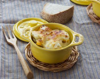 サヴァ缶とじゃがいもを交互に重ね、チーズやマヨネーズをトッピングすれば、オシャレなグラタンが!