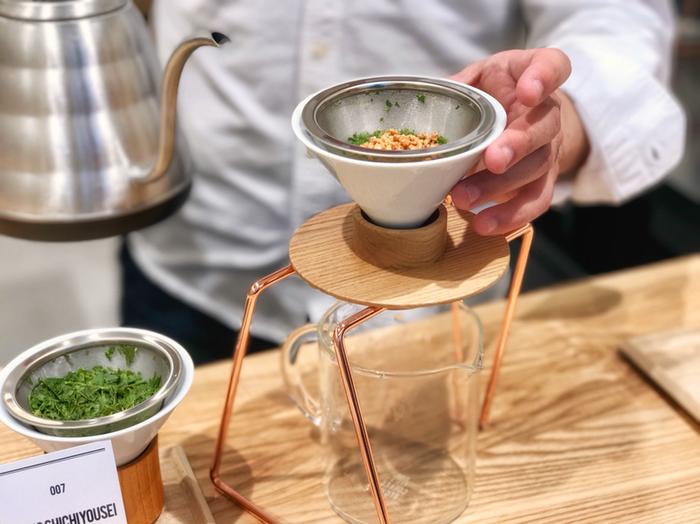 三軒茶屋にオープンした、日本茶好きにはたまらないお店「東京茶寮」。カフェで飲むスペシャルティコーヒーのように、ハンドドリップで一杯ずつ丁寧に淹れた上質な緑茶が飲めるお店として注目されています。店内はカウンターのみで、目の前でドリップしてくれる様子を眺めることができます。