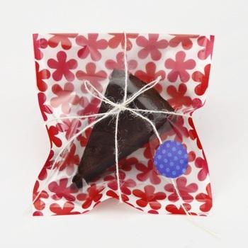 焼き菓子やケーキなどをラッピングするときに気になるのが、袋や箱などに油染みが付くこと。耐油性のあるラッピング袋に入れれば、安心ですね。