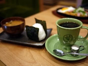 ここではホッとする、和風のモーニングを頂くことができるのです!珈琲や飲み物を頼めば、おにぎりと味噌汁がおまけでついてくるというありがたい朝食。