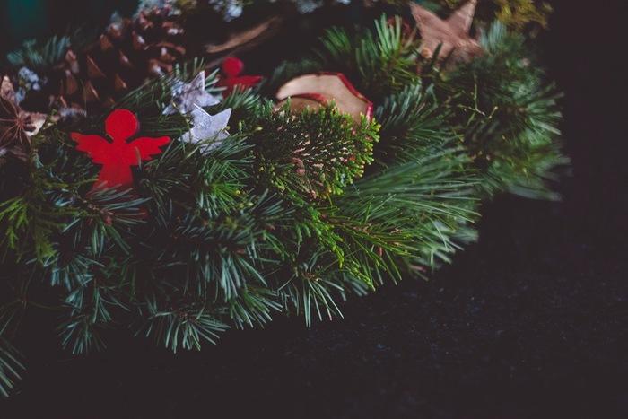 本格的な冬が到来し、暮れが差し迫ったこの時分は、何かと忙しく心落ち着かないもの。 クリスマスの行事が予定されていても、されてなくても。 室内にクリスマスリースを飾るだけで、心休まり、明るい気分になります。
