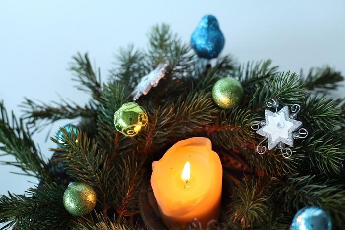 オーナメントを飾るとよりクリスマスらしくなりますし、キャンドルの光にキラキラと反射して綺麗です。
