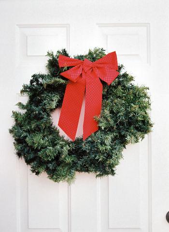 生木を用いるクリスマスリースは、基本の作り方さえ理解出来れば、意外と簡単に作れ、材料や資材も、フラワーショップやホームセンター、100円ショップ等で各種販売されていますので容易に手に入ります。  また、リボンや針金ハンガー等、家にある材料を工夫して用いることも出来ますし、庭木や近隣の雑木林等から採取した生木を用いれば、費用もかかりません。  紹介する画像は参考までとして、それぞれに工夫して、オリジナリティー溢れるリースを作って下さい。