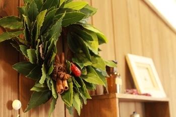 出来上がりは、月桂樹と唐辛子の控えめなクリスマスカラーがナチュラルな雰囲気。 スパイスの香りが心地よい、見るだけじゃない楽しみ方のできるリースになりますよ。