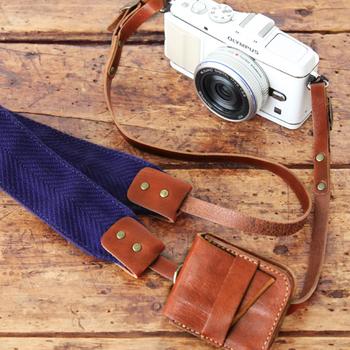 せっかくカメラを持ち歩くのなら、上質で可愛いストレップにチェンジして、おしゃれカメラライフを楽しみたいですね。
