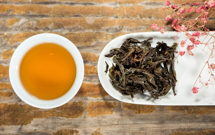 """普通の番茶と比べて""""三年番茶""""は茎も入って荒くざっくりしています。"""
