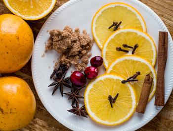 ワインが用意できたら、次にお好みのフルーツとスパイスを用意します。 フルーツはレモンやオレンジといった柑橘類が一般的です。フルーツの甘味を楽しみたい方には桃やブドウ、イチゴなどがおすすめです。