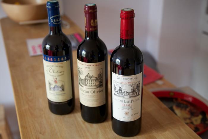 まずは材料のメインとなるワインを用意しましょう。 料理に使って余ったワインや、安価で手に入るテーブルワインで問題ありません。