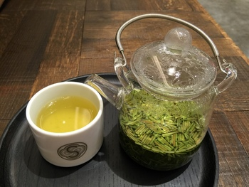 このサロンでは、こんなふうにスイーツと一緒に透明なガラスの急須で淹れる緑茶も頂くことができます。お茶は、世界が注目する奈良の茶農園 「ティーファーム井ノ倉」から取り寄せたセレクションです。