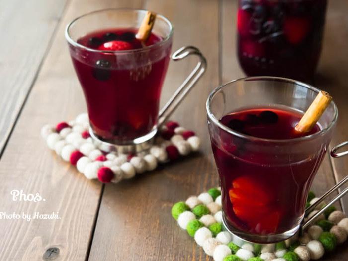 家にあったフルーツで作ったサングリアのようにワインに漬けこみ、あたたかい紅茶で割ったレシピです。 あまり甘くしたくない場合は、漬けこみの日数を短くするといいそうです。