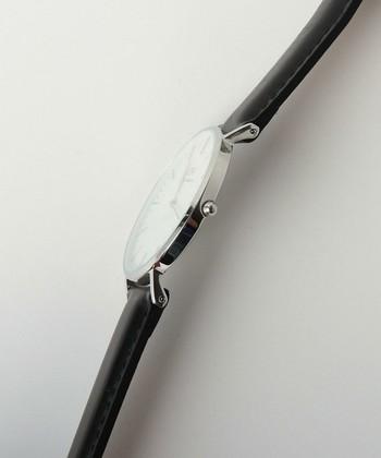 6mmの極薄型のケースなので、ゴツくなりがちな大きめのフェイスでも見た目が軽やか。ムーブメントは日本製のものを採用。しっかりとしたつくりなので安心して使用出来ます。