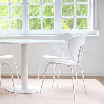 流線形のフォルムが軽やかでリズム感がある椅子。  一見コーディネートしづらいように思えますが、凡庸な空間を引き締める効果をあげています。