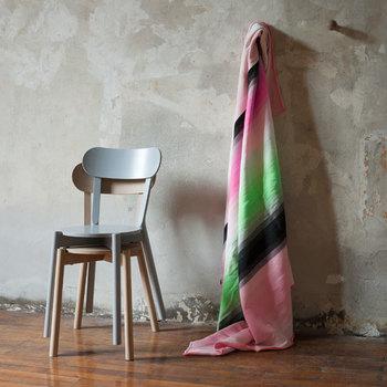 「カリモクニュースタンダード」とは、70年以上の歴史を持つカリモク家具が立ち上げた木製家具ブランド。  品質面や機能性を重視しながらも、日々の暮らしを心豊かに楽しくしてくれるデザインの家具を提案。  こちらのダイニングチェアはスマートでシンプルな印象ですが、どことなく愛嬌があってかわいらしい雰囲気です。