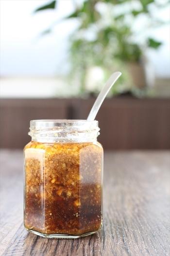 ピリ辛ソースとマーマレード入りの甘口ソースの2種類のレシピ。たっぷり入れたすりごまが香ばしく食欲をそそります。あらかじめ作って持っていけば、焼いたお肉や野菜にかけるだけ♪