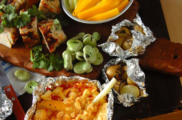 クリームチーズとスイートチリソースでつくるホットディップ。ソラマメやアルミホイルに包んだジャガイモと一緒に火にかけて、出来立てあつあつをワイワイにぎやかにいただきましょう♪野菜はあらかじめお家で下準備していくと便利。