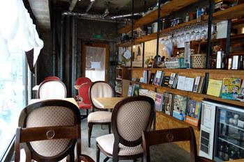 店内はこのようにとってもオシャレ!ついつい長居してしまいそうです。様々な形の椅子やテーブルが。お気に入りの席を見つけるのも楽しいですね。