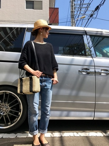 かごバッグと素材感が近く相性のいい帽子がストローハットです。四角いショルダータイプのカゴバックの黒リボンとトップスの黒ニットがリンクしていておしゃれ。海にドライブに行きたくなってしまいますね。