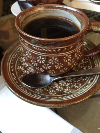 おしゃれで落ち着きのある店内で飲むコーヒー。コーヒーカップやソーサーにもセンスが感じられますね。