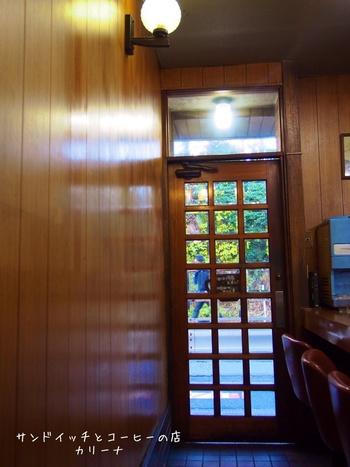 店内はこのように昭和にタイムスリップしたような雰囲気です。ドアや椅子もとってもレトロ!