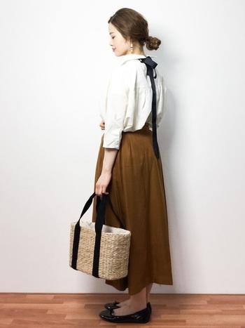 かごバッグの持ち手の色に合わせた黒のバレエシューズを合わせたナチュラルコーデ。牧歌的でアンティークな雰囲気の漂う大人キュートなスタイルが完成!