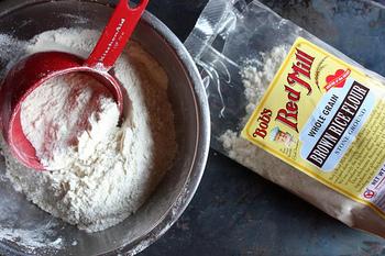 薄力粉の代わりに玄米粉を使ったヘルシー鈴カステラレシピも。バナナや豆乳なども使ってヘルシーUPすれば、体にいい健康おやつの出来あがり!  ☆ポイント 粉の材料を混ぜた後、なたね油と豆乳を加えよく混ぜます。つぶしたバナナを更に加え、馴染ませながら混ぜ込みます。こんもりと生地をたこ焼き器に流し込み、ひっくり返しながら焼きあげましょう。