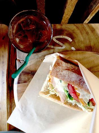 サンドウィッチとアイスコーヒー。ひとりでも気軽に入店できて、おいしくほおばれるなんて!何だかうれしいですね。