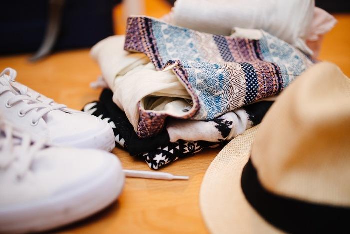 海外旅行におすすめの服をセレクトしてご紹介します。