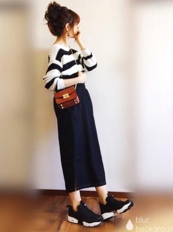 太めボーダーのロングトップスは、デニムのロングタイトスカートにINして、女性らしさとカジュアル感を同時にプラス。質の良い革小物をアクセントに取り入れてワンランク上のコーデを目指してみては?