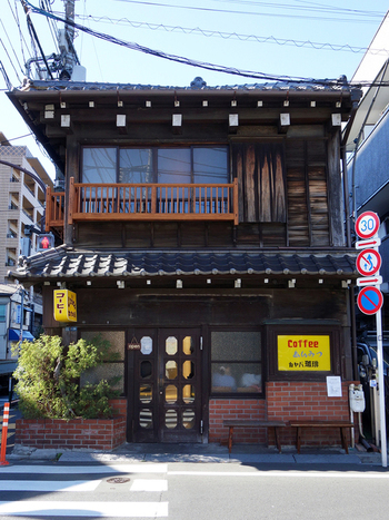 もはや谷中のランドマークといっていいくらい人気のカフェです。昭和の雰囲気薫るレトロな建物も一見の価値ありですよ。