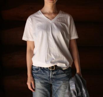白の無地Tシャツやカットソーは、どんなボトムにも合わせられる万能アイテムとして重宝します。コンパクトでかさばらないのも嬉しいポイントです。
