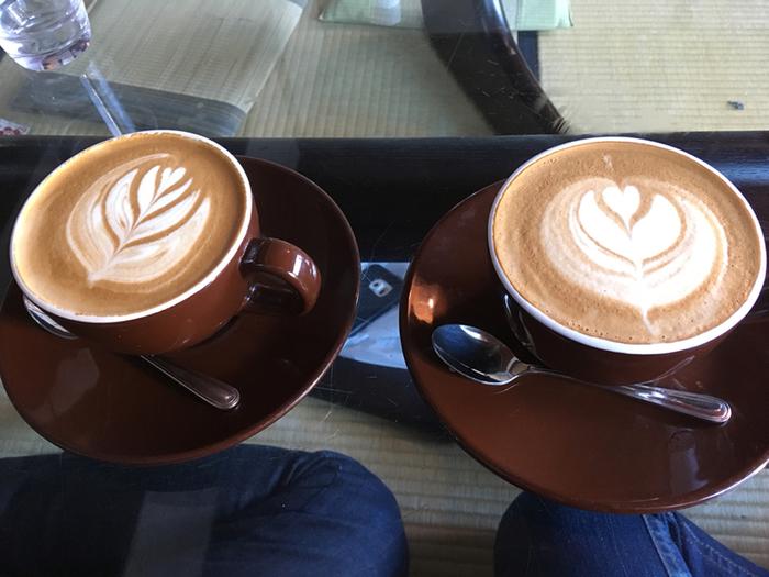 落ち着いた雰囲気の中で飲むコーヒーも本格派。ラテアートも楽しめます。