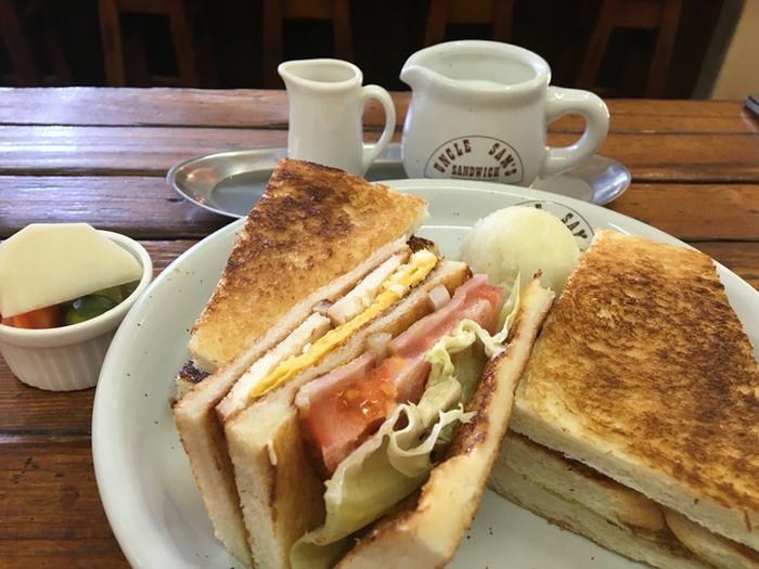 ボリューミーなサンドイッチ。ピクルスがついてくるのが嬉しいですね。