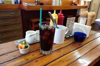 アイスコーヒーと特製のピクルス。意外と相性の良い組み合わせです。