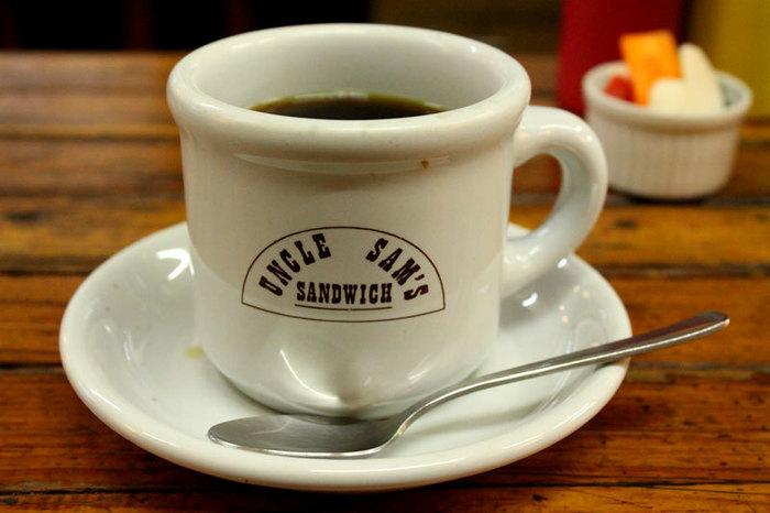 ぼってりとした厚みのあるコーヒーカップ素敵です。そしてコーヒーはなんとおかわり自由だそうです!ありがたい!
