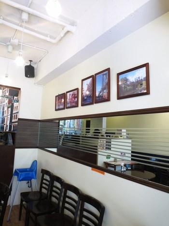 店内にはニューヨークの風景を切り取った写真が飾られています。