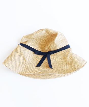 日よけ対策に重要な帽子。マチュアーハの麦わら帽子など、小さく折りたためるものならコンパクトにまとめられてシワも気にしなくて良いので便利です。