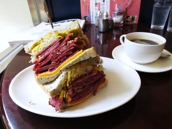 ボリューミーなパストラミサンド。まだ日本では珍しいルーベンサンドイッチです。
