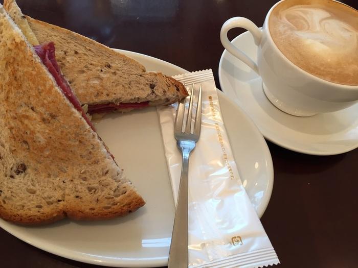 グリルドルーベンは一度トーストしたパンにたっぷり具材を挟んでリッチに仕上げたサンドイッチです。