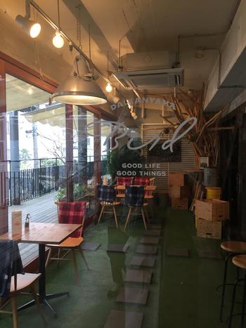 代官山の路地ビルの2Fにある隠れ家的な雰囲気のお店。それがコーヒーとサンドイッチの専門店「Bird(バード)」です。