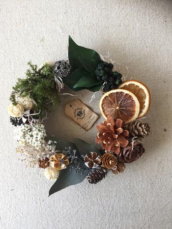 こちらはcocoro fleurさんの作品。ブリザードフラワーの他に、ドライフルーツも使えば個性豊かなリースに!