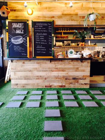 開放感のある店内には、アメリカンヴィンテージ調のカウンターも。また人工芝が敷かれているので、お子さま連れの方にも安心して食事が出来るスペースです。
