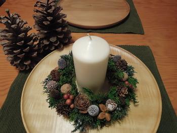 こちらはCedar Roseさんの作品。 キャンドルホルダーになるクリスマスリースです。  リース作りをすると、結構端材が出るもの。 使わなかった材料や端材を集めて、キャンドル飾りを作りましょう。