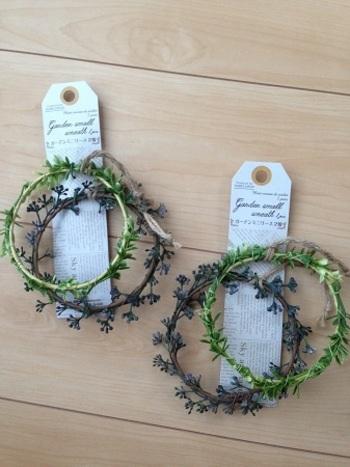 使用するのはダイソーで販売されているこちらの「ガーデンミニリース 2種」。 紐を取るだけでバラバラに分解できるので、手頃な枝葉がなくても上手くリースに装飾できます。