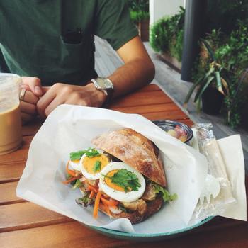 米粉のプレッツェンにタマゴやどっさり野菜、お肉をしっかりサンドしたお腹も満たされるサンドイッチです。