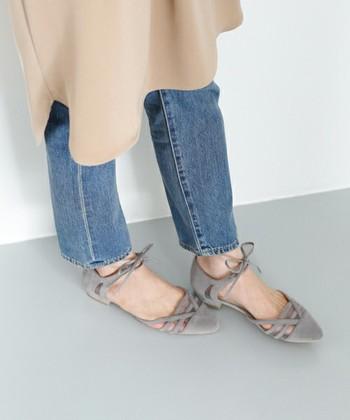 カジュアルな靴とは対照的に、おめかししたディナーにもはいて行けるような、きれいめのサンダルも用意しておきましょう。靴を変えるだけで気分も変わって、旅行がもっと楽しくなるはずです。
