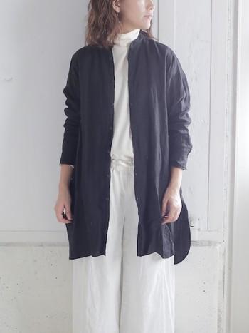"""""""Veritecoeur(ヴェリテクール)"""" のリネンロングシャツ。  ロングシャツはフロントを開けてコート風に着られるので、この時期重宝するアイテムです。 袖口をくしゅっと上げてこなれ感を演出するのがポイントです。"""