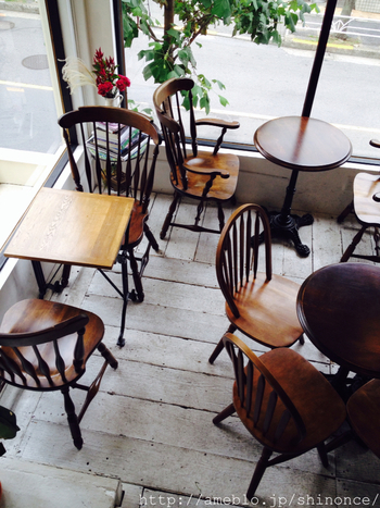 丸や四角のテーブルにヴィンテージ調のデザインの違うチェア。