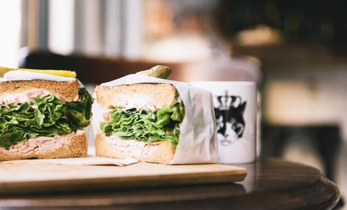 フレッシュな野菜と自家製のピクルス、ヘルシーなお肉がサンドされたボリュームのあるサンドウィッチをぜひ堪能してみてくださいね♪
